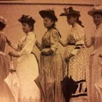 Cinq femmes de l'époque; celui photographié sur la droite faisait partie du mouvement